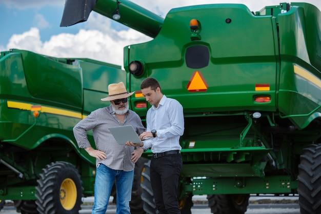 Biznesmen i rolnik z ciągnikami