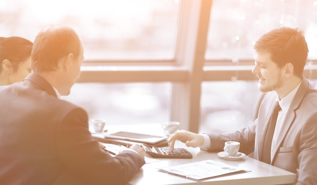 Biznesmen i zespół biznesowy oblicza zysk finansowy
