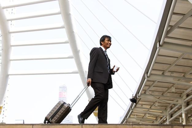 Biznesmen idzie na lotnisko