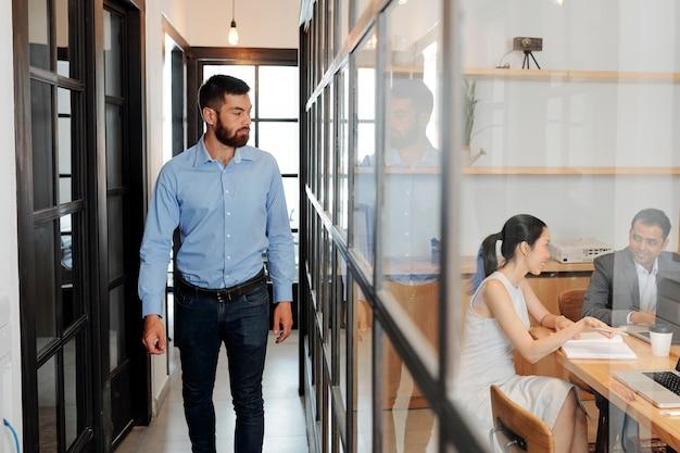 Biznesmen idzie na spotkanie biznesowe