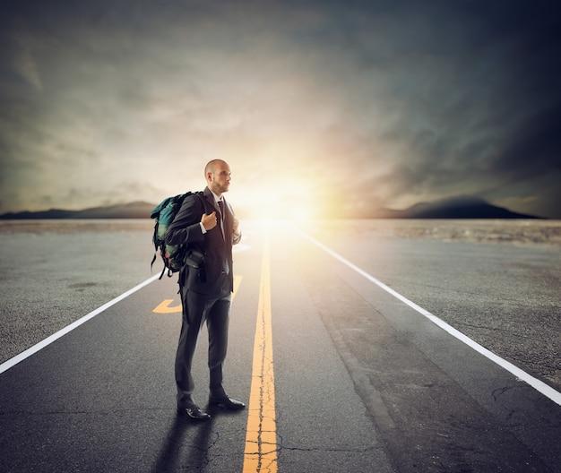 Biznesmen jak odkrywca na długiej drodze