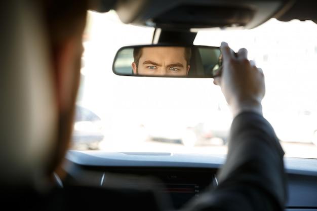 Biznesmen jazdy samochodem