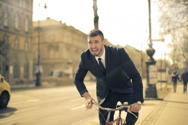Biznesmen jedzie na rowerze