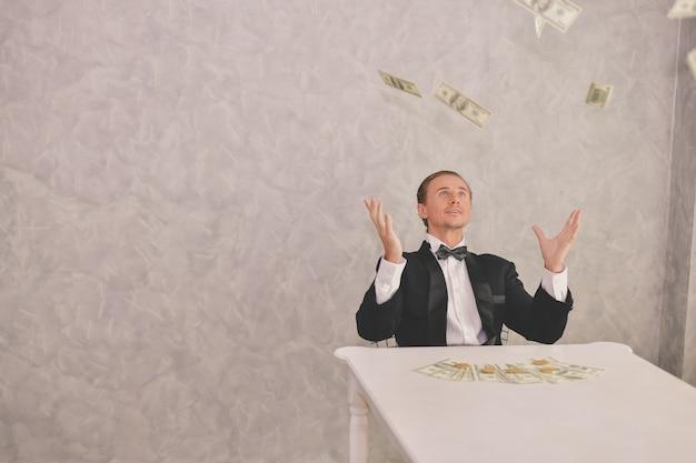 Biznesmen jest szczęśliwy z jego pieniądze. biznesmen pokazuje jego pieniądze.