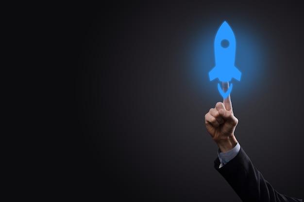 Biznesmen, klikając ikonę rakiety
