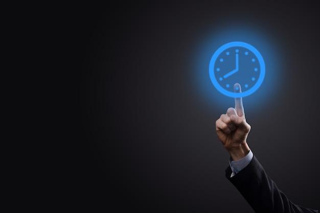 Biznesmen, klikając niebieski zegar