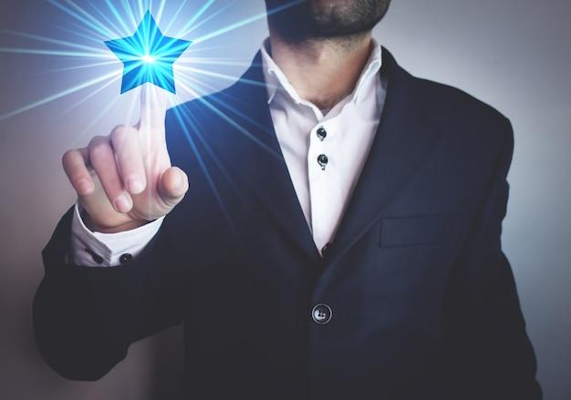 Biznesmen klikając pojęcie gwiazdy