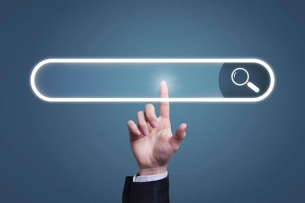 Biznesmen klikając przycisk wyszukiwania na wirtualnym ekranie