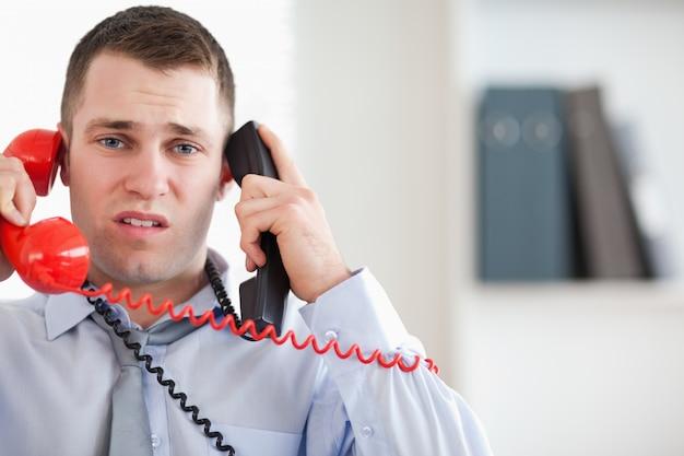 Biznesmen kłopotliwy przez telefon
