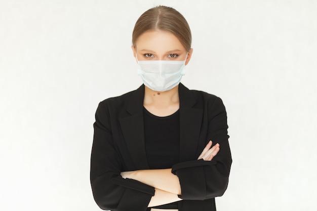 Biznesmen kobieta w garniturze włożył maskę