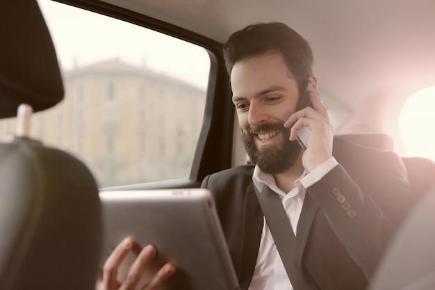 Biznesmen komunikacja po drodze