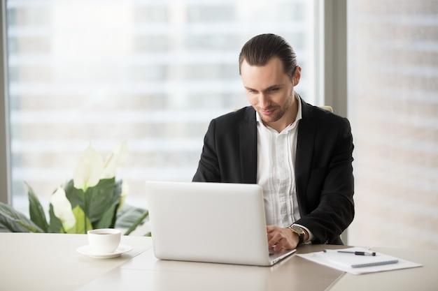 Biznesmen komunikuje się z kolegami online