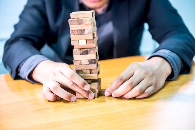 Biznesmen, koncepcja celu i sukcesu, budowanie gry