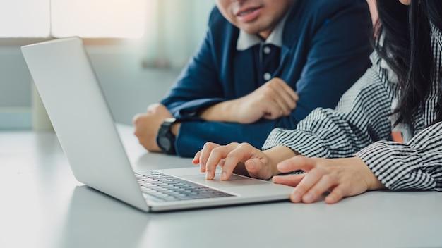 Biznesmen konsultant inwestycyjny analizowanie sprawozdania finansowego firmy