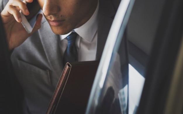 Biznesmen korzysta z mobilnego samochodu do rozmów