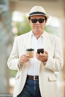 Biznesmen korzystający z mobilnego internetu na zewnątrz