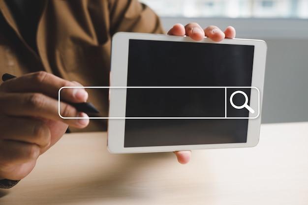 Biznesmen korzystający z sieci internetowej searching browsing internet of things (iot) do wyszukiwania danych przeglądania internetu