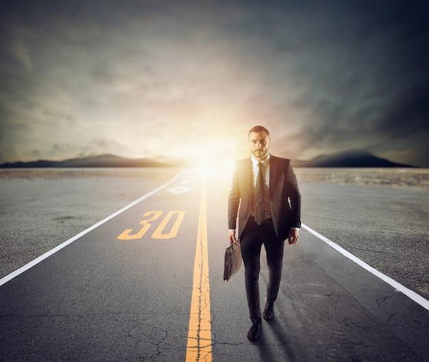 Biznesmen kroczy nieznaną drogą w poszukiwaniu nowych przygód i nowych możliwości
