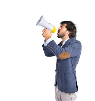 Biznesmen krzycząc na białym tle