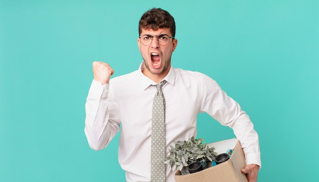 Biznesmen krzyczy agresywnie z gniewnym wyrazem twarzy lub z zaciśniętymi pięściami świętuje sukces. koncepcja zwolnienia