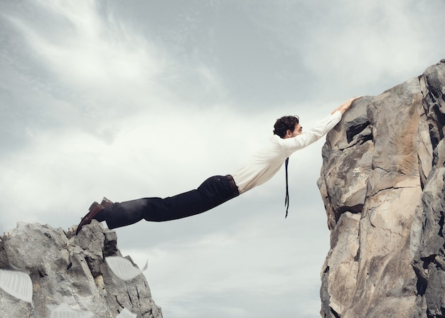 Biznesmen kształt z jego ciała most między dwiema górami