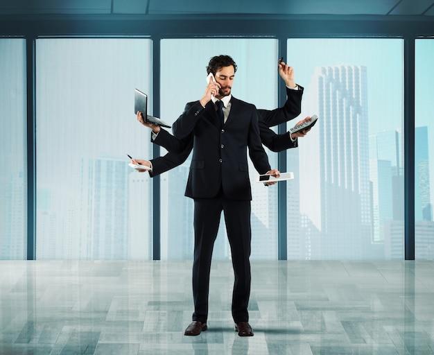 Biznesmen, który rozwiązuje problemy staje się wielozadaniowy