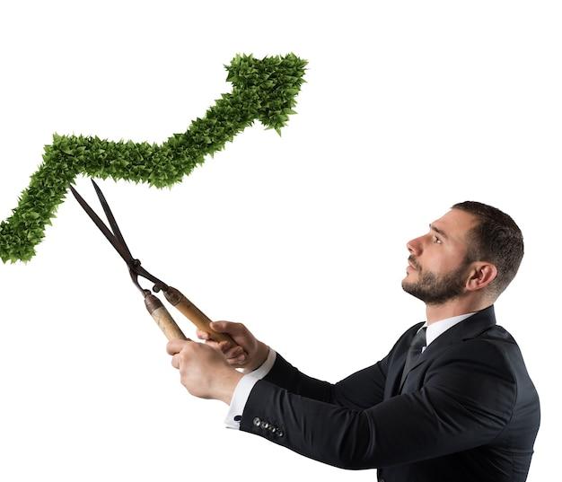 Biznesmen, który tnie i dopasowuje roślinę w kształcie strzały. koncepcja uruchomienia nowej firmy. renderowanie 3d
