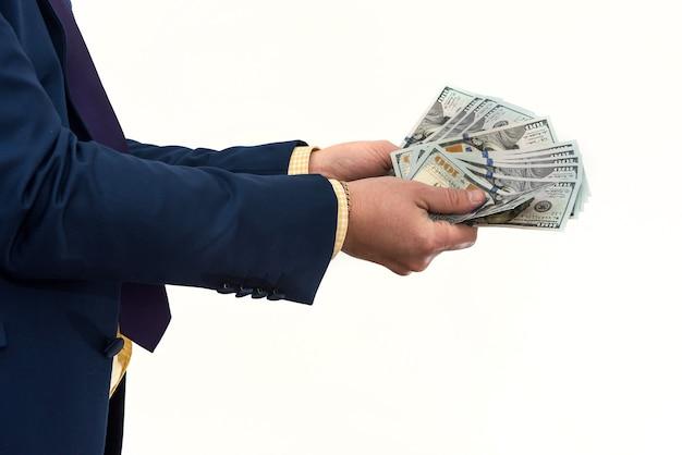 Biznesmen kupuje lub wynajmuje produkt lub usługę, dając dolarów, na białym tle