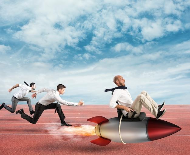 Biznesmen latać rakietą podczas wyścigu z przeciwnikami