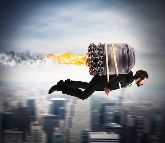 Biznesmen latający z turbiną z ogniem