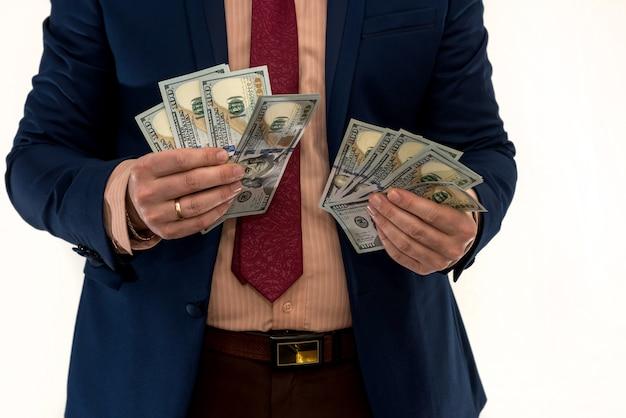 Biznesmen liczy pieniądze na białym tle
