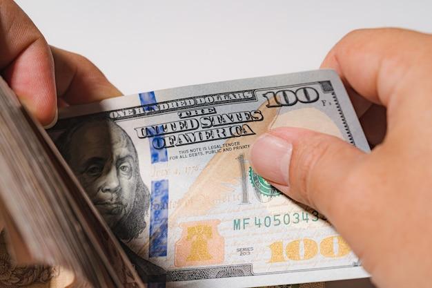 Biznesmen liczy pieniądze stos stu stosów dolar amerykański usd płać za rachunki biznesowe