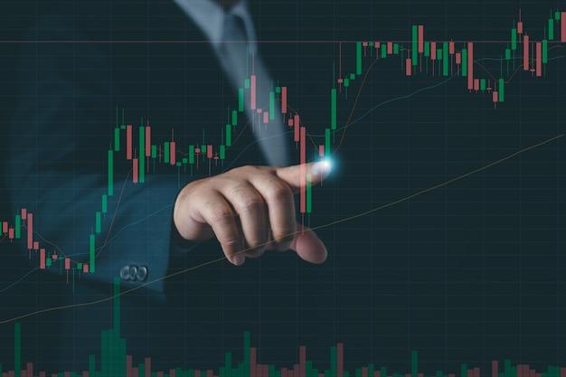 Biznesmen lub przedsiębiorca dotykać wirtualnych zapasów hologramu, planowania i strategii, giełdy, rozwoju biznesu, koncepcji postępu lub sukcesu. , inwestuj w handel.