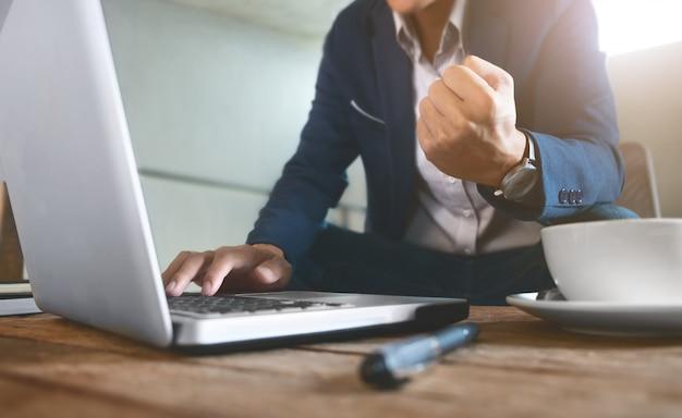 Biznesmen lub przedsiębiorca working finance giełda koncepcja
