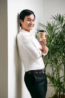 Biznesmen ma przerwę na kawę