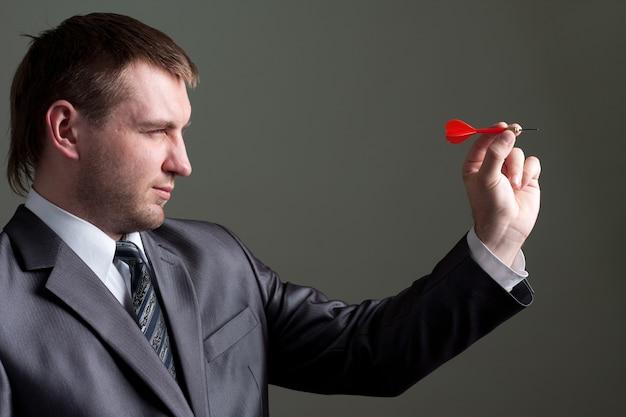 Biznesmen mające na celu rzutką