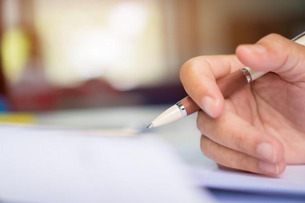 Biznesmen manager trzymając dokumenty podpisujące pióro