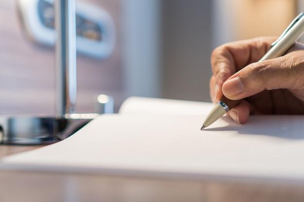 Biznesmen menedżer ręce trzyma długopis do sprawdzania, podpisywanie
