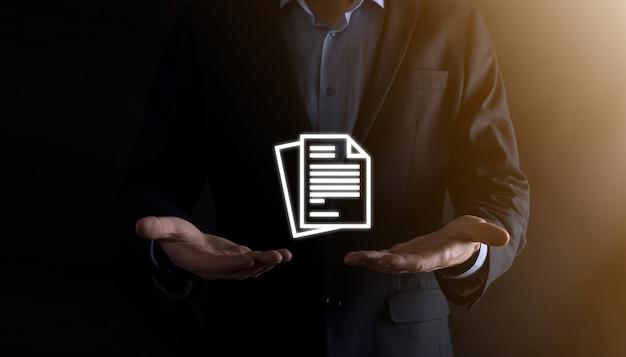 Biznesmen mężczyzna trzyma ikonę dokumentu w jego ręce zarządzanie dokumentami system danych biznes internet