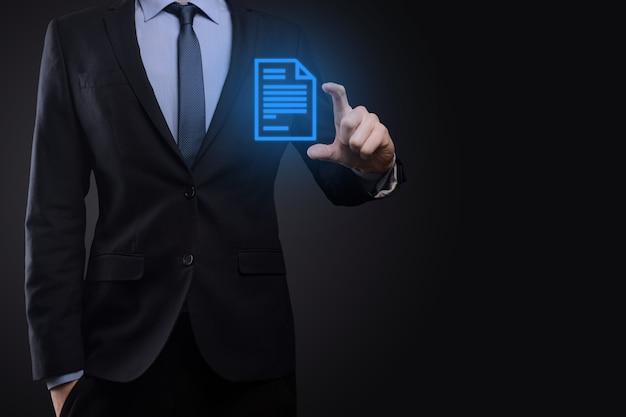 Biznesmen mężczyzna trzyma ikonę dokumentu w ręku dokument