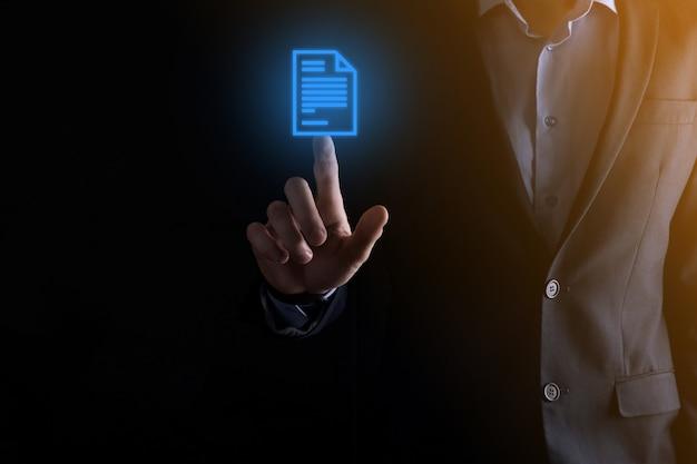 Biznesmen mężczyzna trzyma ikonę dokumentu w ręku system danych zarządzania dokumentami