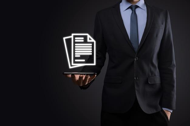Biznesmen mężczyzna trzyma ikonę dokumentu w ręku zarządzanie dokumentami data system business internet technology concept. firmowy system zarządzania danymi dms.