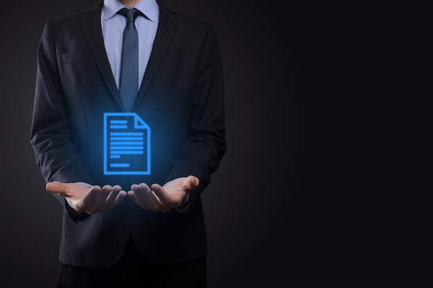 Biznesmen mężczyzna trzyma ikonę dokumentu w ręku zarządzanie dokumentami