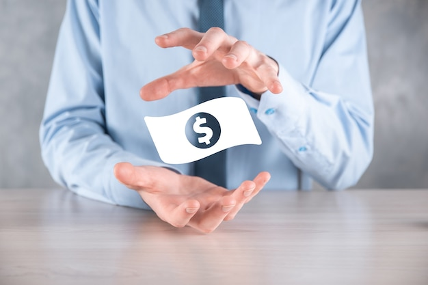 Biznesmen mężczyzna trzyma ikonę monety pieniędzy w jego ręce. rosnące pojęcie pieniędzy na inwestycje biznesowe i finanse. usd lub dolar amerykański na ciemnej ścianie.