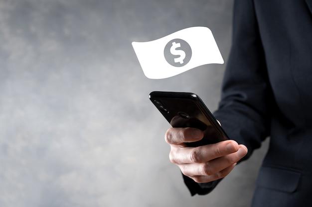 Biznesmen mężczyzna trzyma ikonę monety pieniędzy w jego ręce. rosnące pojęcie pieniędzy na inwestycje biznesowe i finanse. usd lub dolara na ciemnym tle.