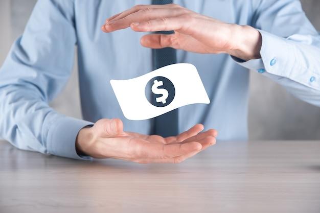 Biznesmen mężczyzna trzyma ikonę monety pieniędzy w jego ręce