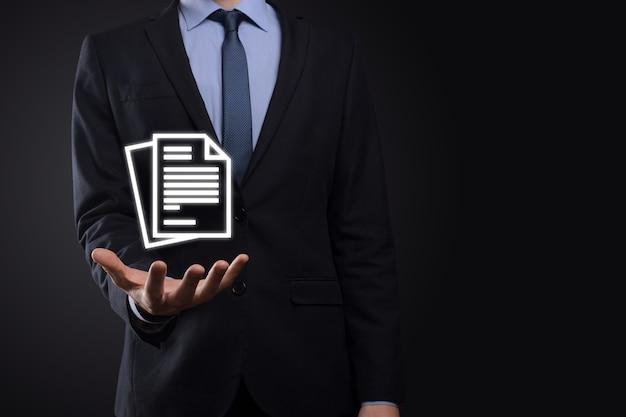 Biznesmen mężczyzna trzyma w ręku ikonę dokumentu zarządzanie dokumentami system danych business