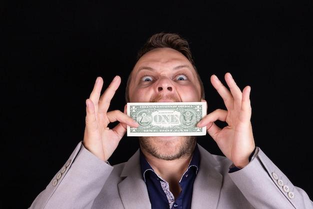 Biznesmen mężczyzna w garniturze z zamkniętymi ustami i milczeniem dolarowych