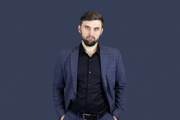 Biznesmen mężczyzna z brodą w niebieskim garniturze