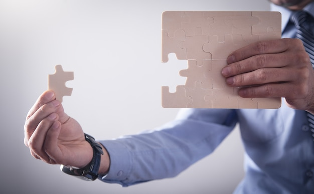 Biznesmen montaż puzzli. biznes